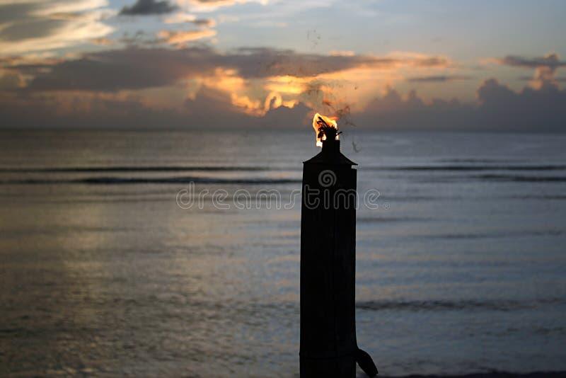 Tocha de Tiki no por do sol fotografia de stock royalty free