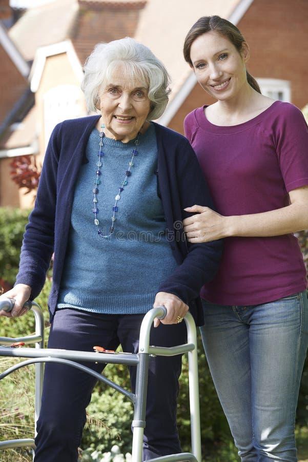 Tochter, Die älterer Mutter Hilft, Gehenden Rahmen Zu Benutzen ...