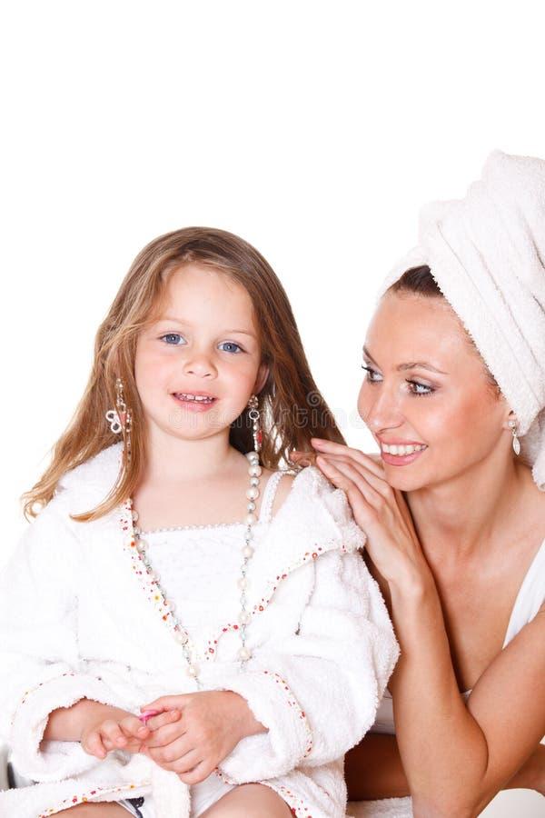 Tochter im Bademantel und in ihrer Mutter lizenzfreies stockfoto