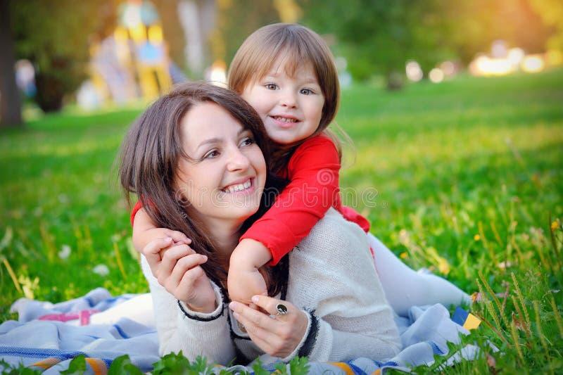 Tochter mit ihrer Mutter im Park stockfoto