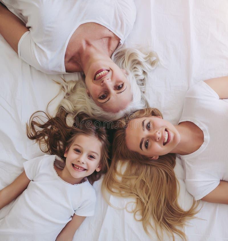 Tochter, Mutter und Großmutter zu Hause stockfotografie