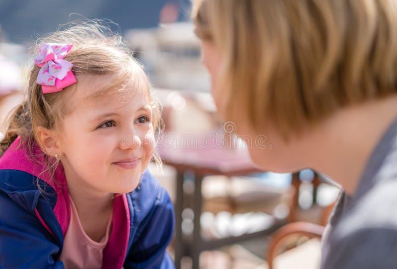 Tochter und Mutter, die in einem Restaurant sprechen lizenzfreies stockfoto
