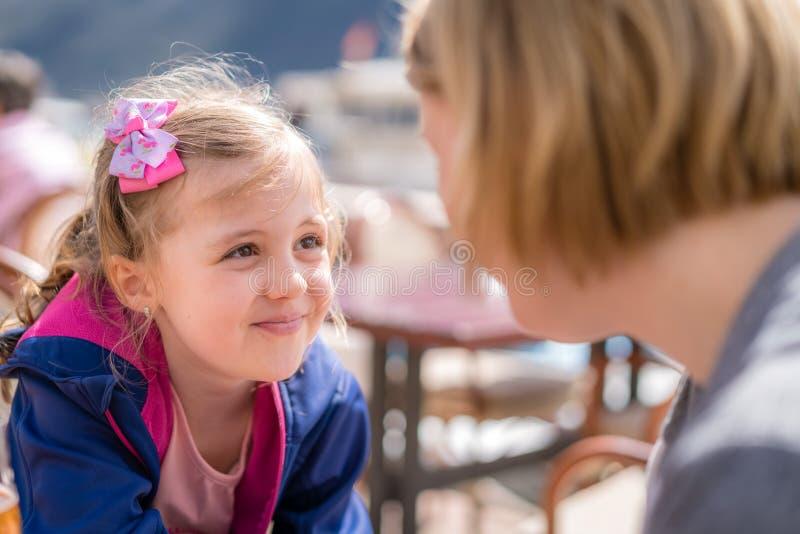 Tochter und Mutter, die in einem Restaurant sprechen lizenzfreie stockfotos