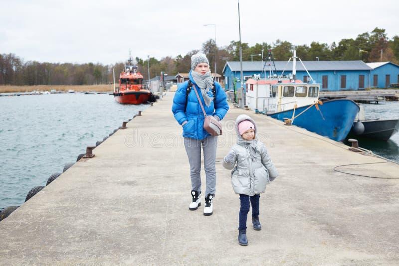 Tochter und Mutter haben Spaß auf Pier lizenzfreie stockfotos