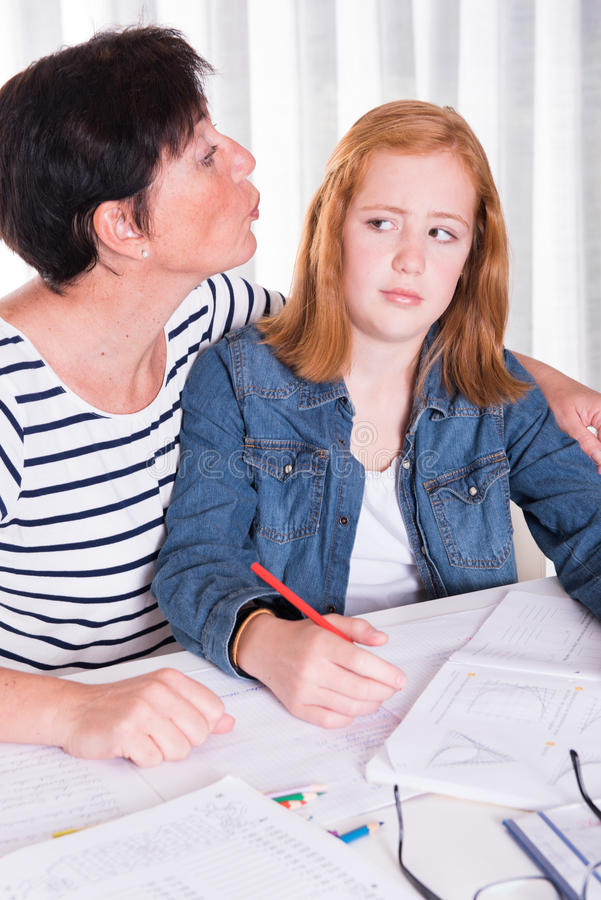 Tochter wünscht nicht Mutterkuß lizenzfreie stockbilder