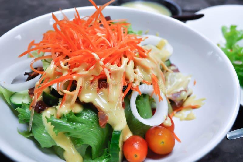 Tocino y ensalada vegetal foto de archivo