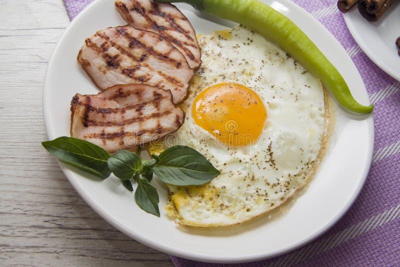 Tocino y huevos fritos deliciosos foto de archivo