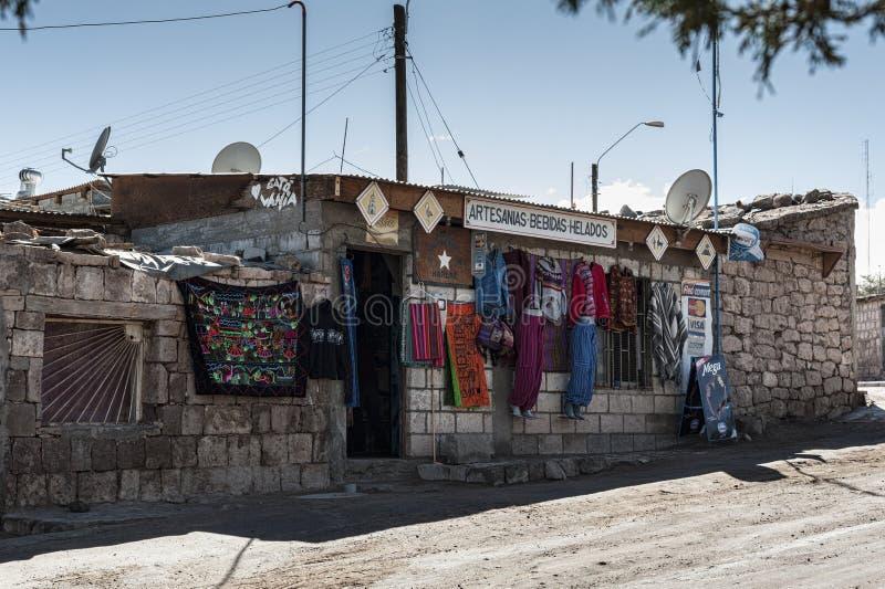 TOCONAO, CHILE - 12 DE AGOSTO DE 2017: Tienda local típica en la calle en el pueblo de Toconao en el desierto de Atacama, Chile fotos de archivo