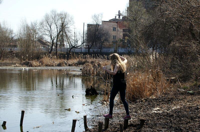 Tocones del río de la muchacha fotografía de archivo libre de regalías