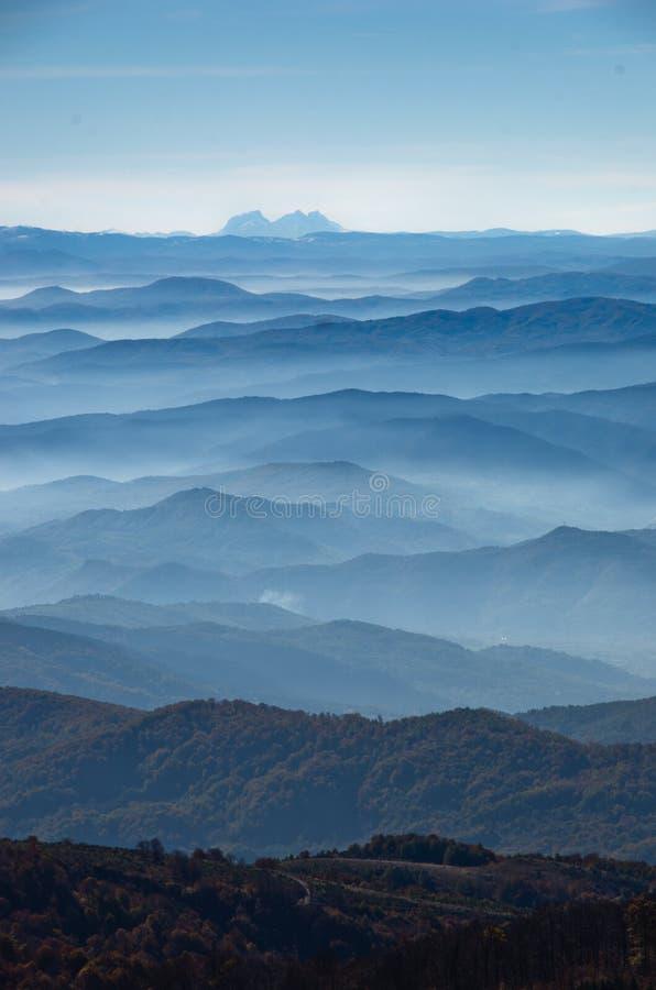 Toczni wzgórza i góry przy jesień słonecznym dniem z mgłą, widok od Zeljin góry fotografia stock