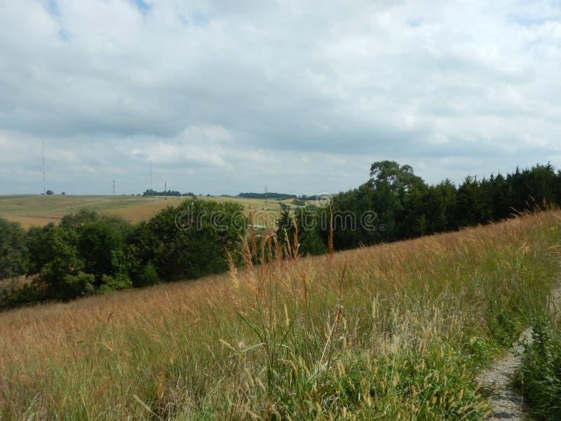 Toczni wzgórza i ziemia uprawna przy Świętą Rodzinną świątynią Gretna Nebraska zdjęcie stock
