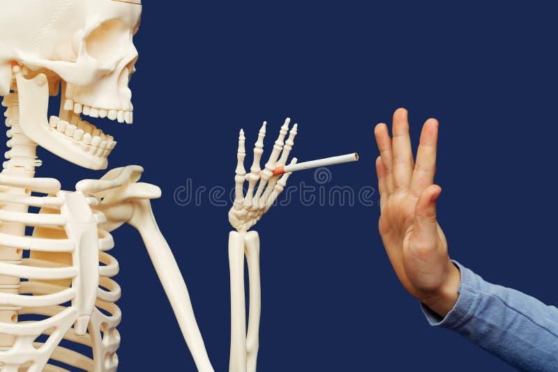 Tod bietet Mann eine Zigarette an stockbilder