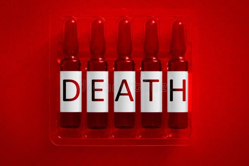 Tod des Bet?ubungsmittel- oder Drogenabh?ngigkeitskonzeptbildes F?nf Ampules mit ?berlagerten Buchstaben von Aufschrift D E EIN T lizenzfreie stockfotos