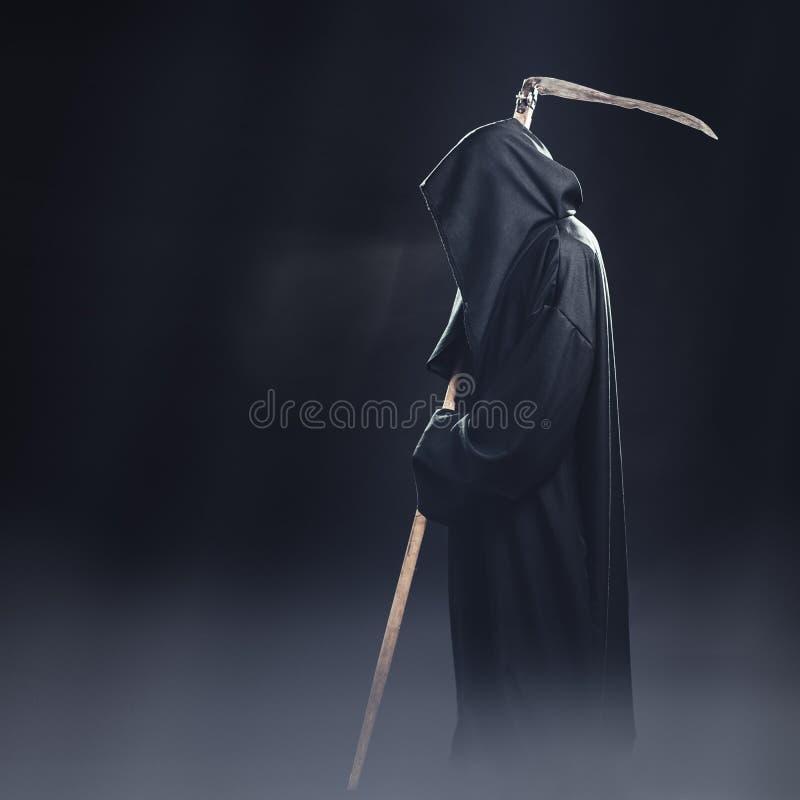 Tod mit der Sense, die im Nebel steht stockfotografie