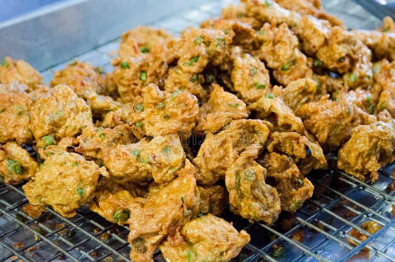 Tod Mun Pla Kray frió la bola de pescados del curry en el colador para seco toda la demostración de aceite en la comida tailandesa imagen de archivo