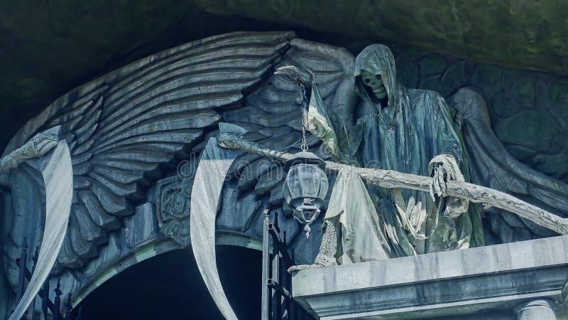 Tod und Borte Schrecklicher Schlosstod mit einem Sensensteinhorrorfilm stockfoto