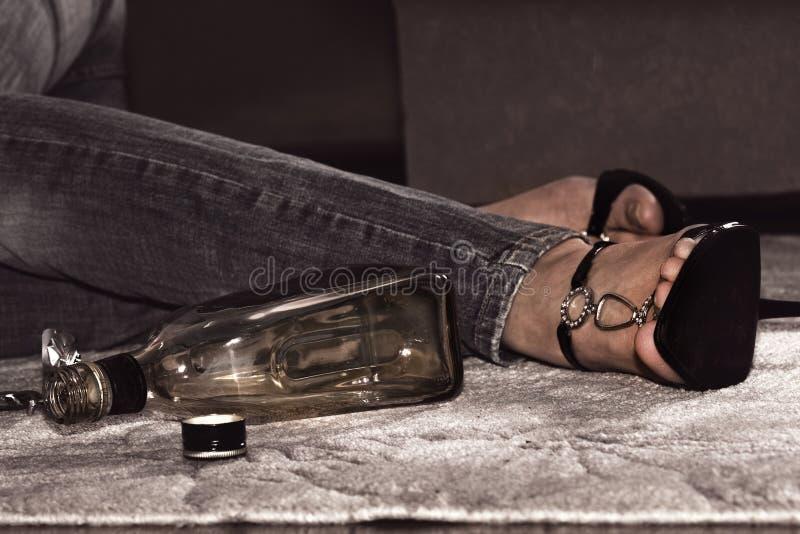 Tod von den Pillen und vom alkoholischen Getränk lizenzfreies stockfoto