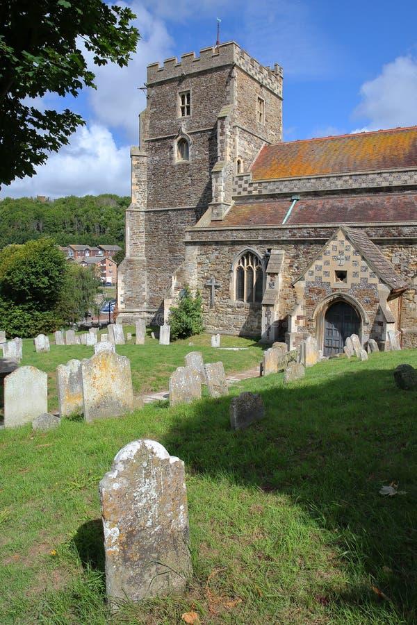 Toda la iglesia de los santos con las tumbas en el primero plano en Hastings, Reino Unido fotos de archivo
