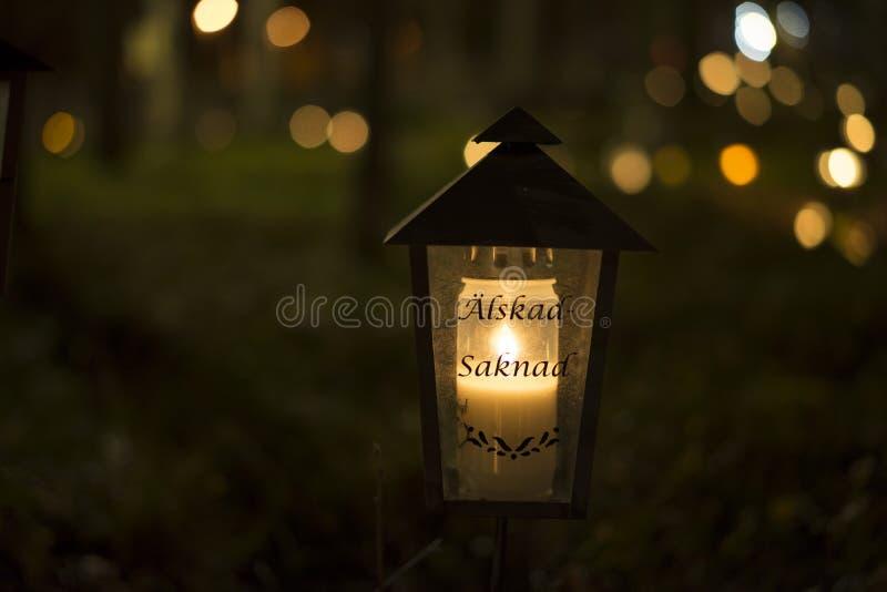 Toda la tarde de los santos en el cementerio en Katrineholm Suecia, imagen de archivo libre de regalías