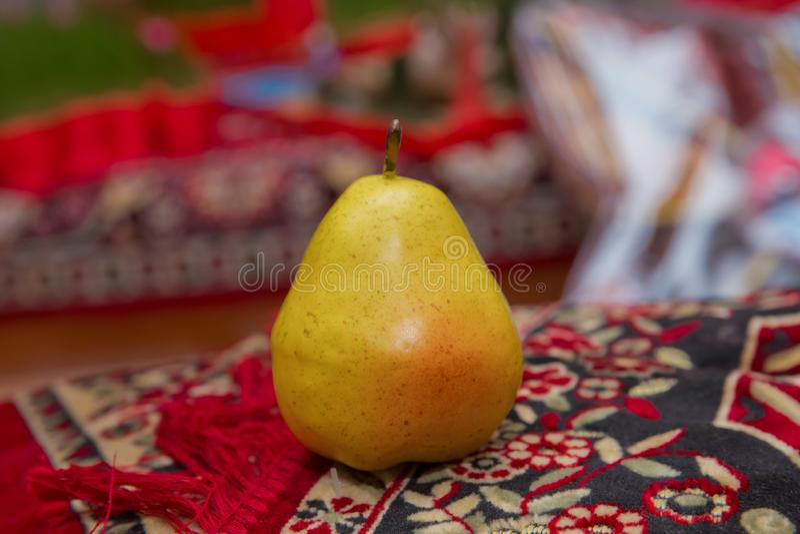 A toda profundidad de campo Concepto de la cosecha del otoño - peras amarillas orgánicas maduras frescas, fondo de piedra oscuro  fotos de archivo