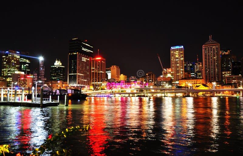 Luzes da noite da cidade de Brisbane que refletem na água do rio fotografia de stock