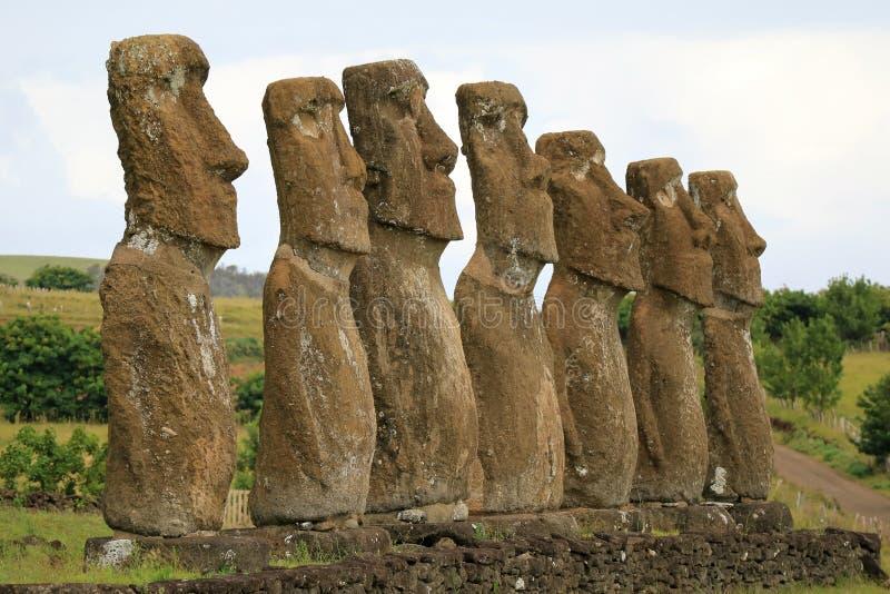 Todas as sete estátuas de Moai em Ahu Akivi têm quase a altura igual de 4 5 medidores e Oceanos Pacíficos enfrentar, Ilha de Pásc imagem de stock royalty free