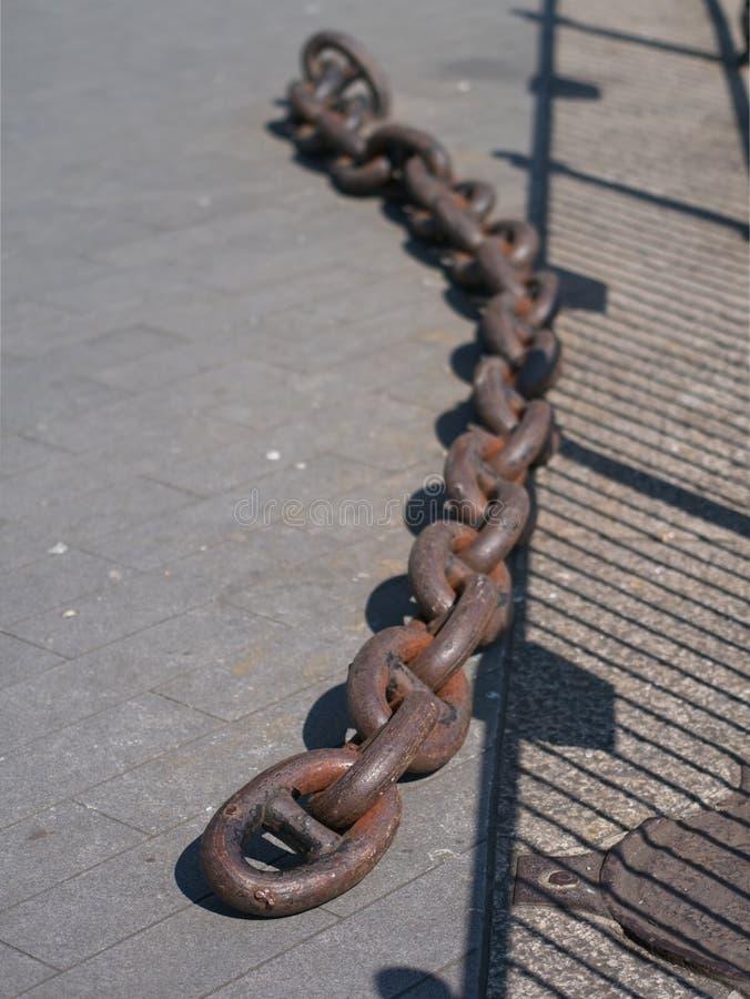 Todav?a cadena vieja del muelle del hierro in situ en el agua de Canad?, Londres, Reino Unido fotos de archivo libres de regalías