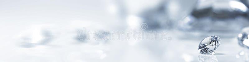 Todavía con los diamantes costosos delante de un fondo blanco fotografía de archivo libre de regalías
