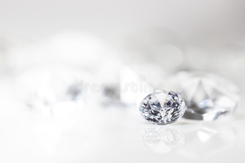 Todavía con los diamantes costosos delante de un fondo blanco imagen de archivo