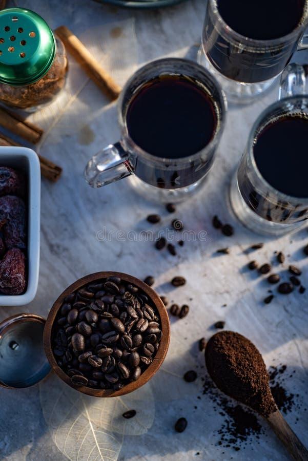 Todavía de la cocina vida con los granos de café enteros, café molido, amoladora de café, las tazas de cristal llenaron de café s foto de archivo libre de regalías