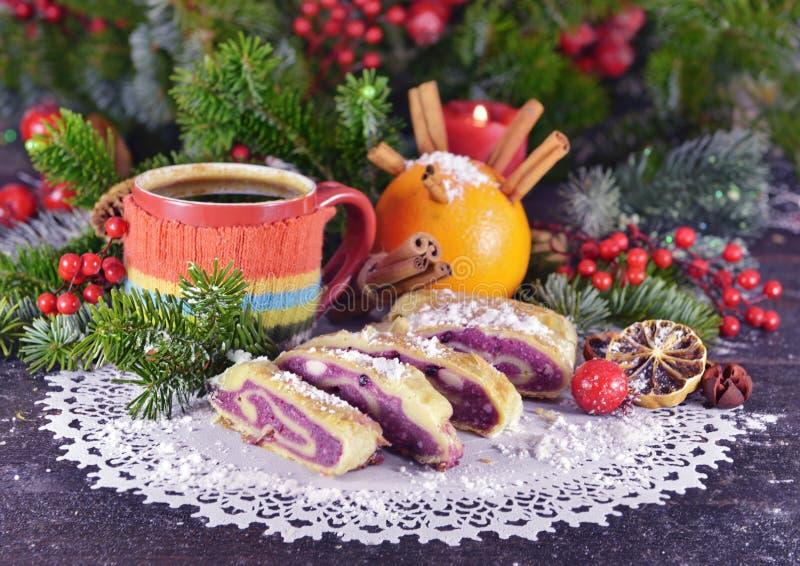 Todavía de la Navidad vida con la bebida caliente y la torta sabrosa fotos de archivo libres de regalías