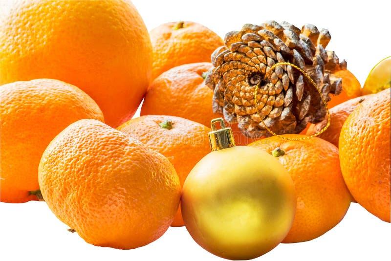 Todavía de la Navidad vida con las mandarinas en el fondo blanco foto de archivo