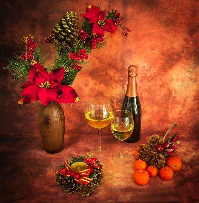Todavía de la Navidad vida con los ornamentos, champán, mandarinas fotografía de archivo libre de regalías