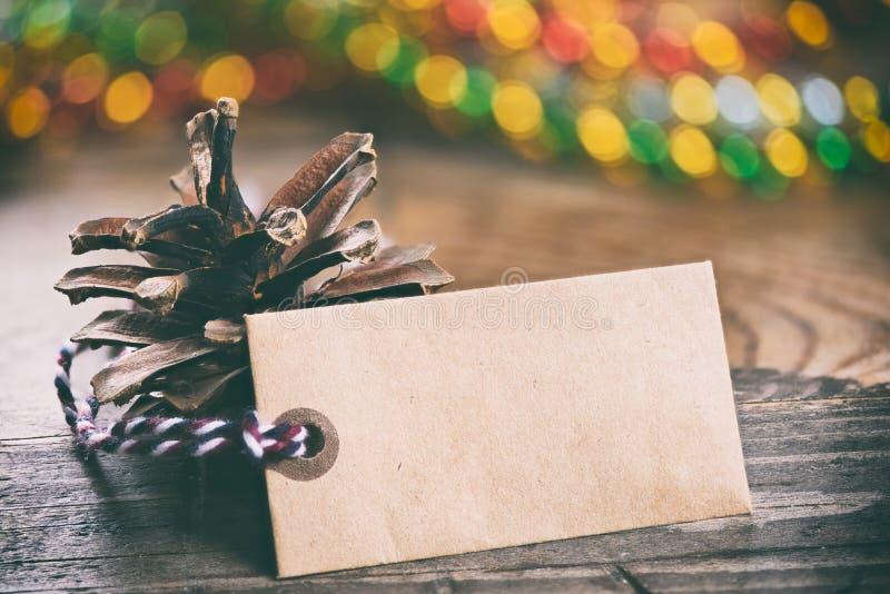 Todavía de la Navidad vida Conos del pino y etiqueta en blanco imagen de archivo