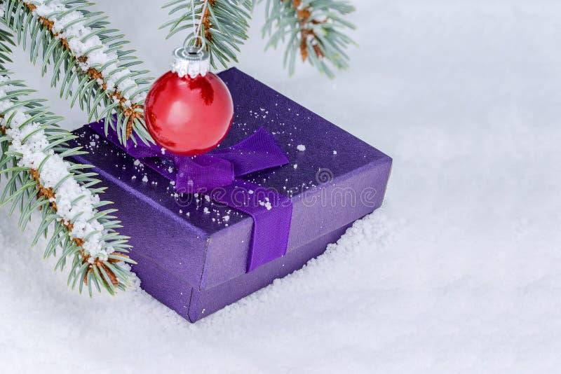 Todavía de la Navidad vida en la nieve, los regalos del árbol de navidad y las bolas blancos imagenes de archivo