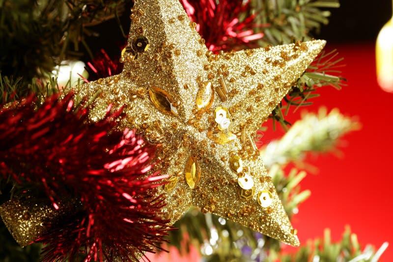 Todavía decoración de la estrella de la Navidad en fondo rojo foto de archivo