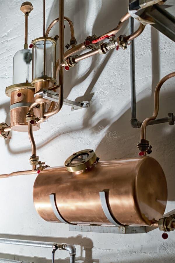 Todavía del cobre alambique dentro de la destilería imágenes de archivo libres de regalías