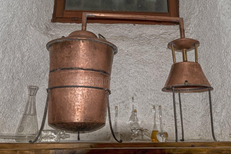 Todavía del cobre alambique dentro de la destilería foto de archivo