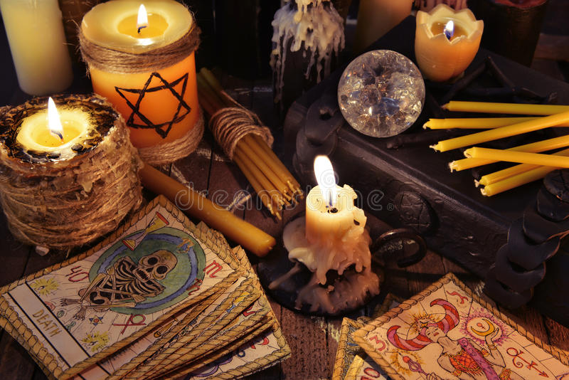 Todavía del místico vida con las cartas de tarot, las velas y los libros fotografía de archivo libre de regalías
