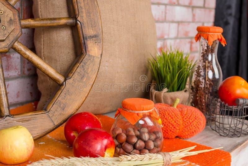 Todavía del otoño fondo del concepto de la vida La caída se va, cosecha, las chucherías en la tabla Decoración casera para el par fotografía de archivo