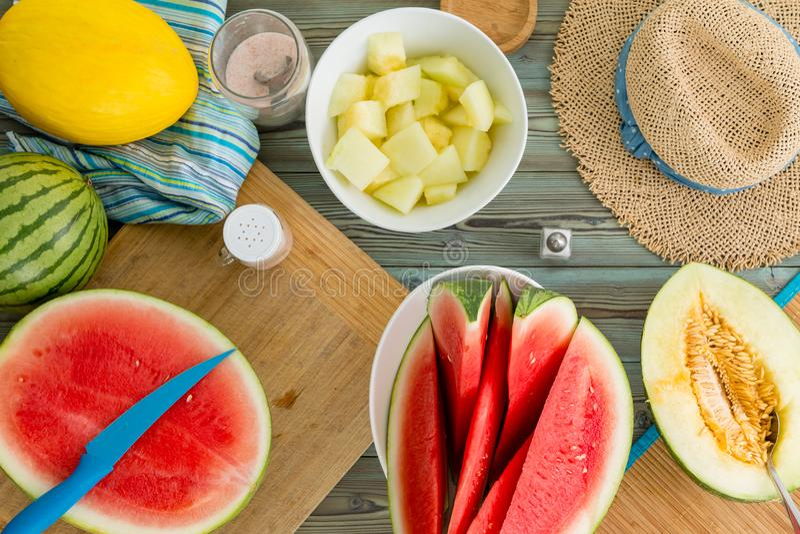 Todavía del verano vida de una mesa de picnic con los melones fotografía de archivo