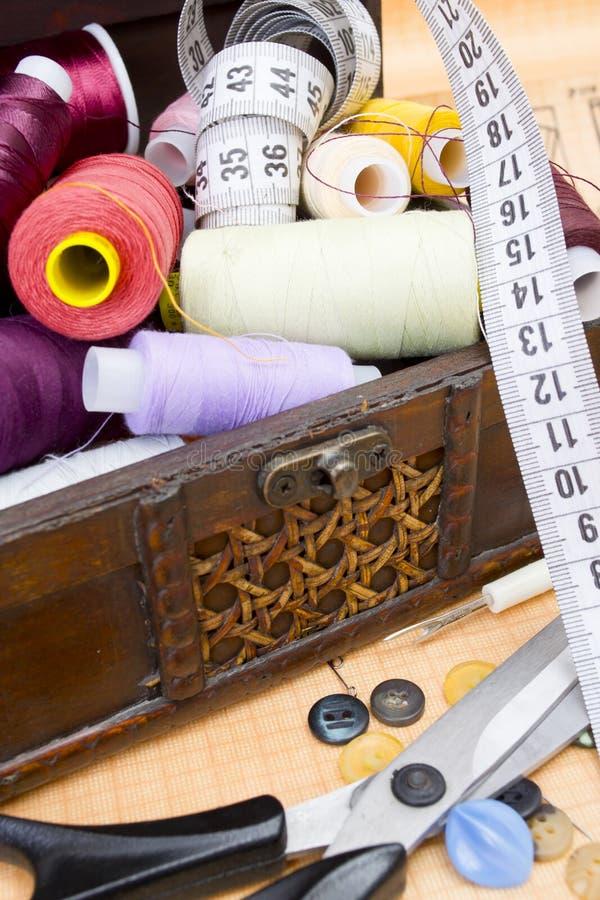 Todavía diversos accesorios de costura de la vida foto de archivo libre de regalías