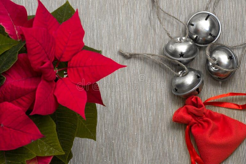 Todavía montón del primer de la vida de los cascabeles festivos de la Navidad junto foto de archivo libre de regalías