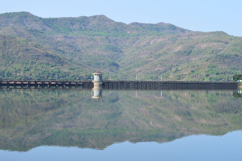 Todavía reflexión de las colinas del agua foto de archivo libre de regalías