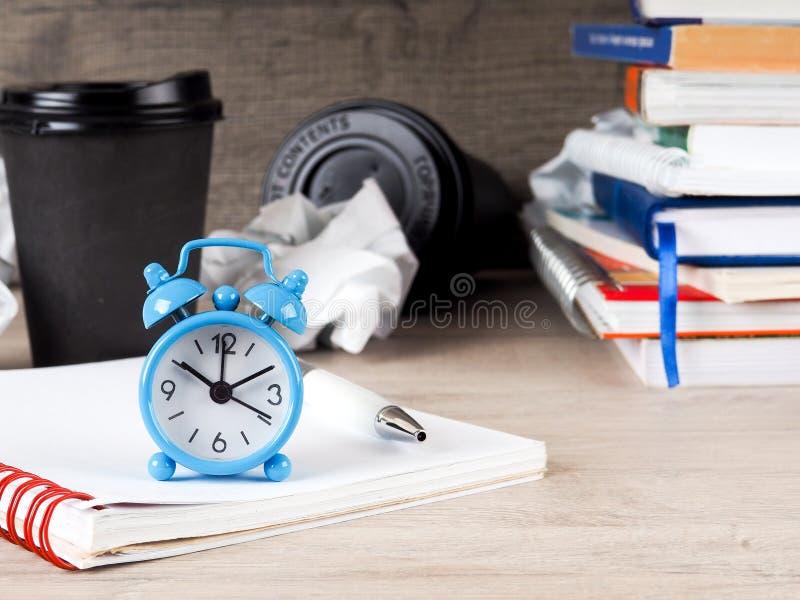 Todavía reloj redondo de la vida en la pila de libros Educación y concepto del aprendizaje Invierta el tiempo en estudios Hora de foto de archivo libre de regalías