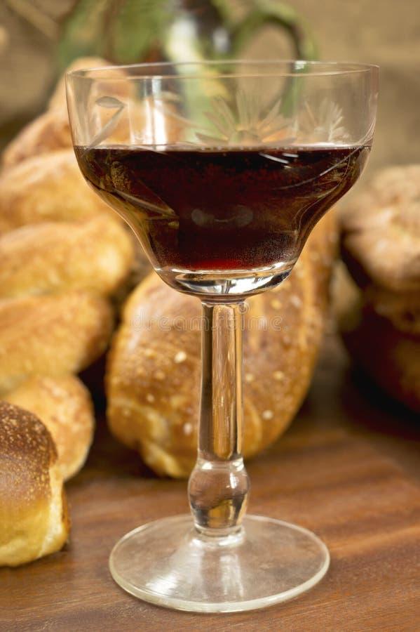 Todavía surtido de la vida de pan con un vidrio de vino rojo. foto de archivo