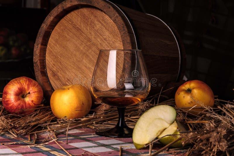 Todavía vida con alcohol y manzanas foto de archivo