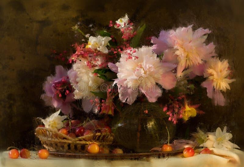 Todavía vida con belleza de los peonies de las flores foto de archivo