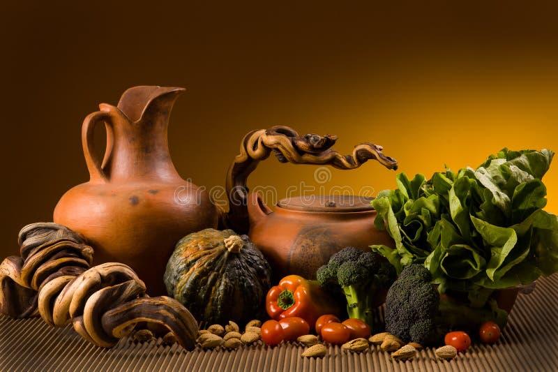 Todavía vida con cerámica y verduras fotos de archivo
