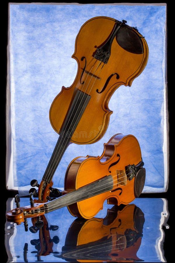 Todavía vida con dos violines y reflexiones fotografía de archivo libre de regalías